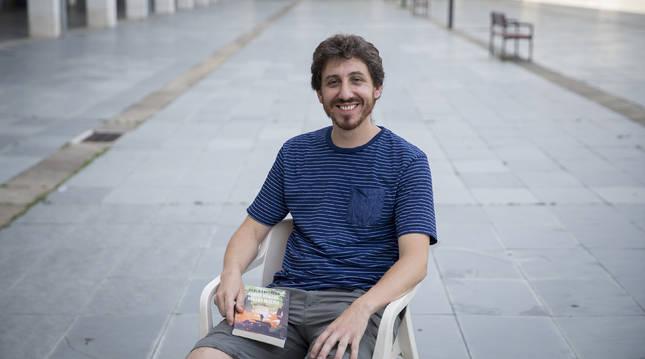 Pablo Loperena López, sujetando Ciudad nómada, rebaño miseria.