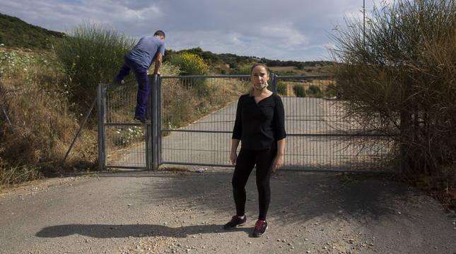 Anais Bayona, del restaurante El Camino-Ápora, junto a la puerta, que algunos deciden saltar.