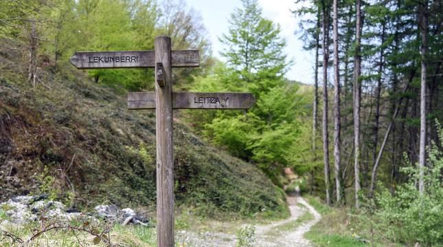 La vía verde del Plazaola: poste a la salida del túnel de Uitzi con las direcciones a Lekunberri y Leitza.