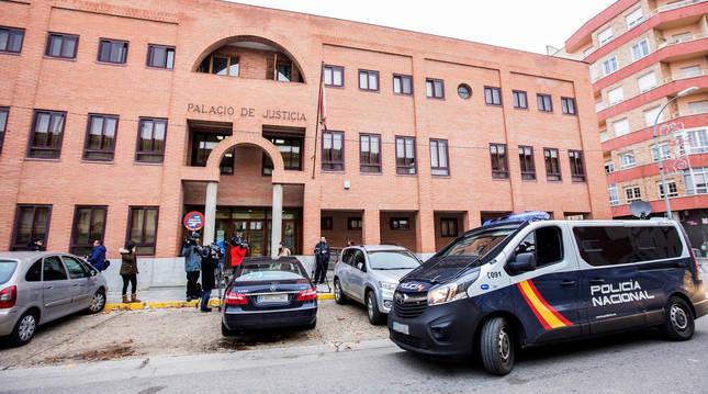 foto de Un furgón de la Policía Nacional en los juzgados de Aranda de Duero