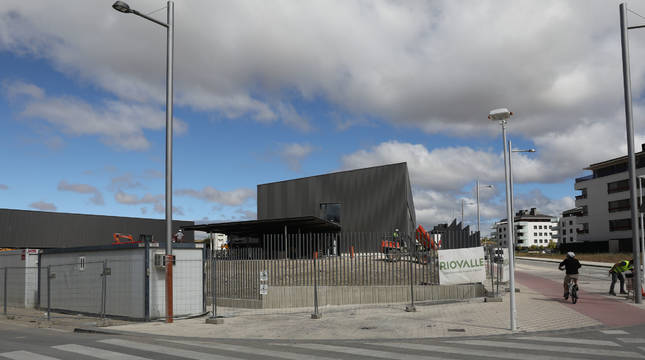 Exterior del aulario y del pabellón polideportivo que se construyen a la entrada de Mutilva.