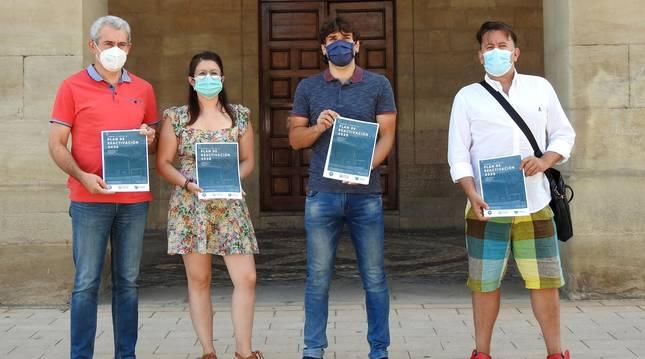 Vicente Baigorri, Lourdes San Miguel, Pablo Azcona e Iñaki Alegría muestran el plan de reactivación.