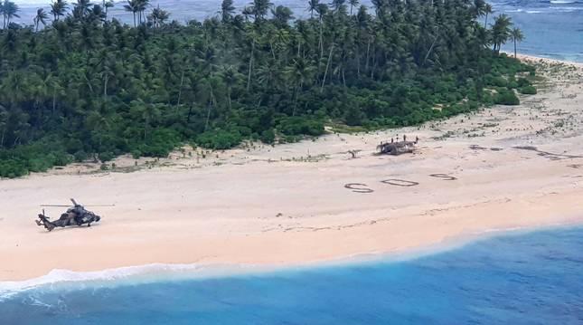 Un SOS escrito en la arena ayuda a tres hombres perdidos en una isla remota