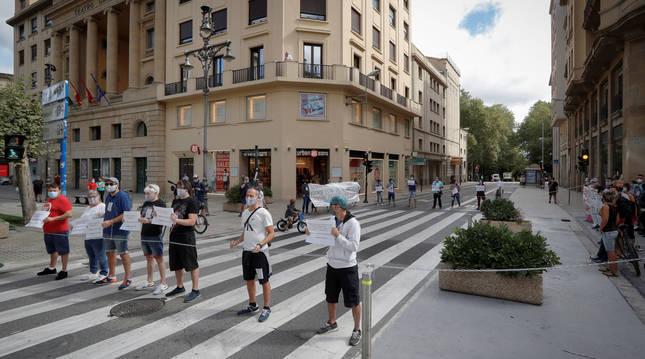 Protesta de trabajadores de Siemens Gamesa de Aoiz cortando el tráfico de la calle Cortes de Navarra en Pamplona.