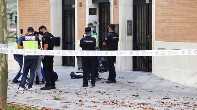 Efectivos de la Policía, en el portal donde se ha encontrado muerto a José Antonio Villegas, hermano del consejero de Salud de Murcia.