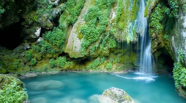 El color azul turquesa de sus aguas da lugar a bellos rincones.