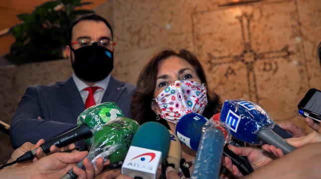 Foto de Carmen Calvo atendiendo a los medios.