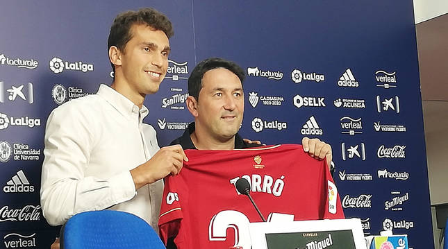 Lucas Torró y Braulio Vázquez, durante al presentación del centrocampista de Cocentaina.