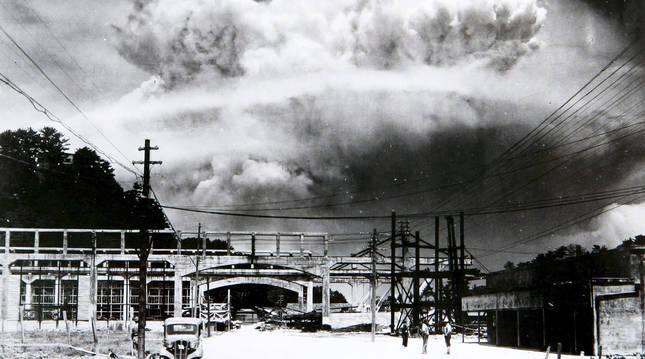 Foto de archivo facilitada por el Museo de la Bomba Atómica de Nagasaki que muestra una vista de la nube causada por la explosión de la bomba atómica