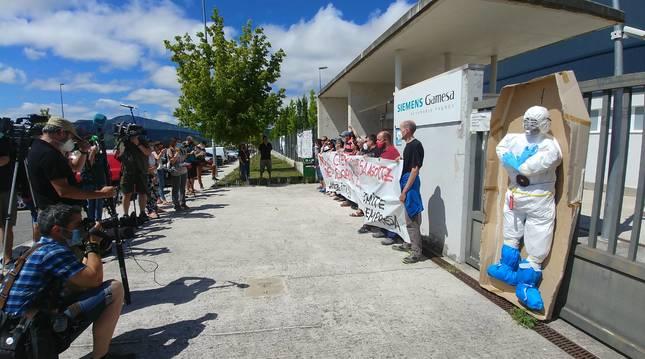 Protesta de los trabajadores de Siemens Gamesa en Aoiz delante de la fábrica