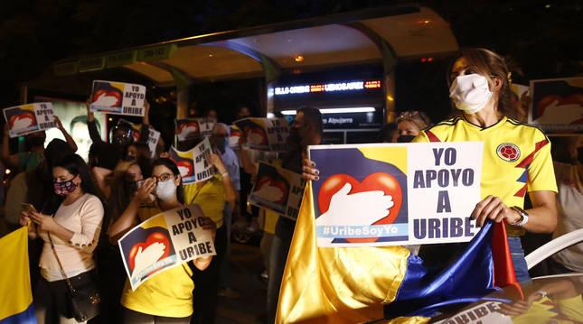 Foto de simpatizantes del expresidente Álvaro Uribe Vélez se manifiestándose en una calle de Medellín.