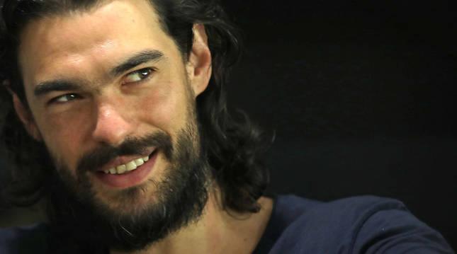 El director gallego Oliver Laxe, ayer, durante el encuentro que mantuvo con los medios en el arranque del taller de cine que imparte en los Estudios Melitón.