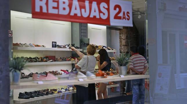 Las rebajas se prolongarán hasta casi final de agosto. Una tienda de calzado, como otras, ya está en las segunda rebajas.
