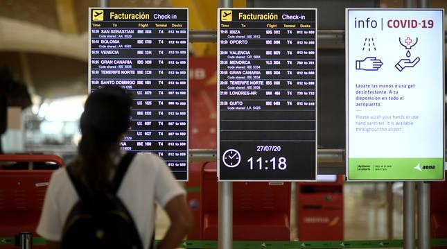 Foto de un pasajero observando un panel de facturación en la terminal T1 del Aeropuerto de Madrid-Barajas Adolfo Suárez.