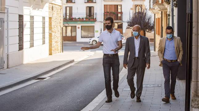 Foto de Javier Ollo (alcalde de Alsasua), Bernardo Ciriza (consejero de Cohesión Territorial) y Jesús Mª Rodríguez (director general de Administración Local y Despoblación), en Alsasua.