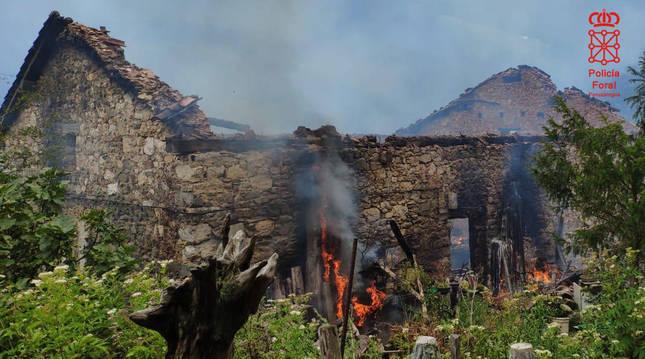 Foto de un caserío quemado en Goizueta (Navarra).
