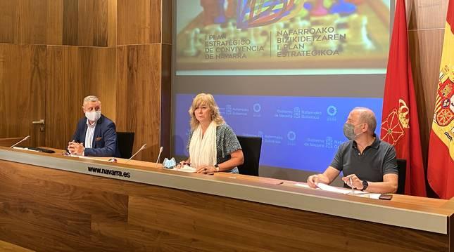 La consejera Ollo (centro) durante la presentación del I Plan Estratégico de Convivencia de Navarra,  junto a  Martín Zabalza (izquierda) y José María González (derecha).