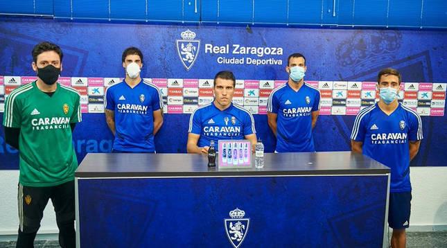 Foto de Alberto Zapater, capitán del Real Zaragoza, leyendo un comunicado oficial ante la situación del ascenso a Primera. Junto a él, varios compañeros.