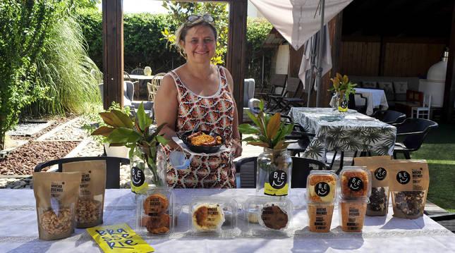 Belén Floristán en el jardín del restaurante junto a los productos de su marca 'MUCHO BUENO!!'.