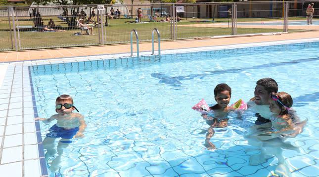 Niños y mayores se refrescan en las piscinas de Aoiz en una calurosa jornada de verano.
