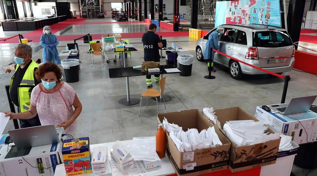 Realización de pruebas PCR en el recinto de Refena de Pamplona.