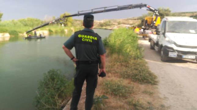 Momento en el que el vehículo es alzado del Canal de Navarra.