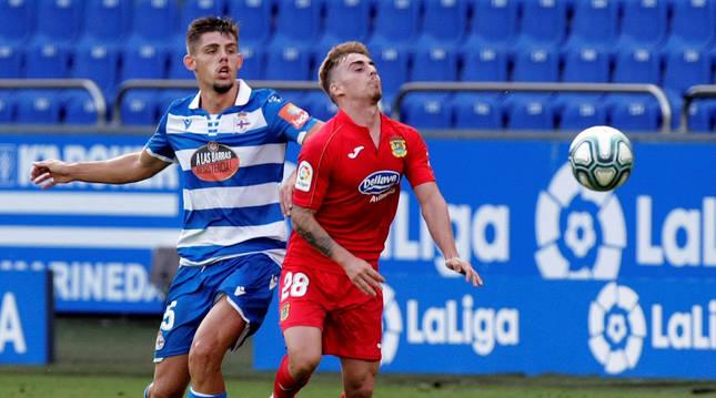 Francisco Montero, del Dépor, pelea con el jugador del Fuenlabrada Alberto durante el partido.