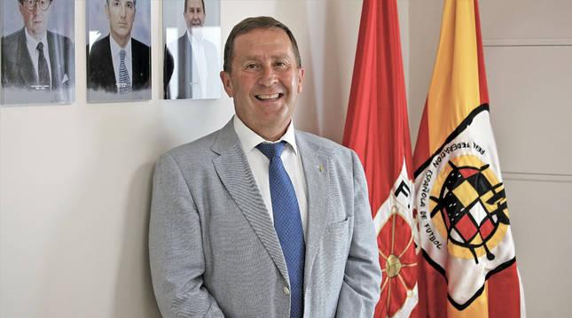 Rafa del Amo, en la Sala de Juntas con los retratos de anteriores presidentes y las banderas de la FNF y la RFEF.
