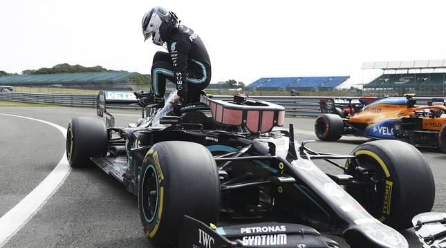 Valteri Bottas baja de su monovolumen tras la sesión de entrenamientos oficiales en Silverstone.