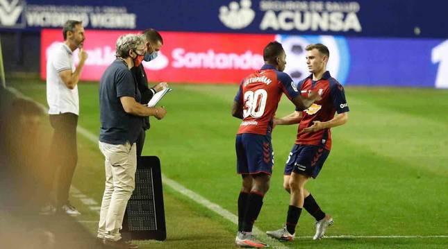 Estupiñán da el relevo a Toni Lato, en el último partido liguero disputado en El Sadar.