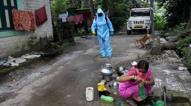 Un empleado municipal, en Calcuta, India.
