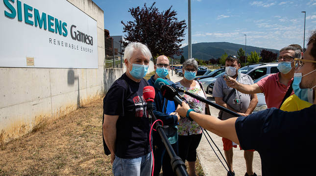 Representantes sindicales de Siemens Gamesa de Aoiz, el pasado 1 de julio, tras el anuncio del cierre.