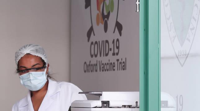 Una técnico en un laboratorio de la universidad de Sao Paulo, donde se están haciendo ensayos de la vacuna de Oxford.