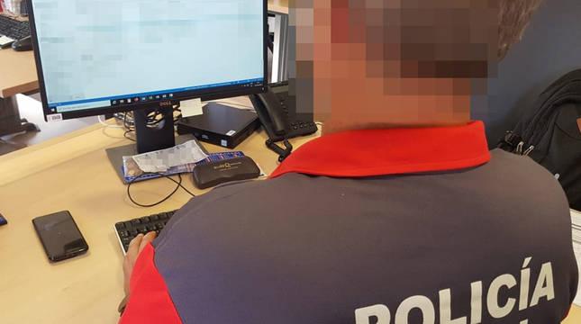 Un agente de la Policía Foral.