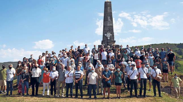 Representantes de las instituciones navarras  y vecinos del pueblo frente al Monolito de Amaiur.