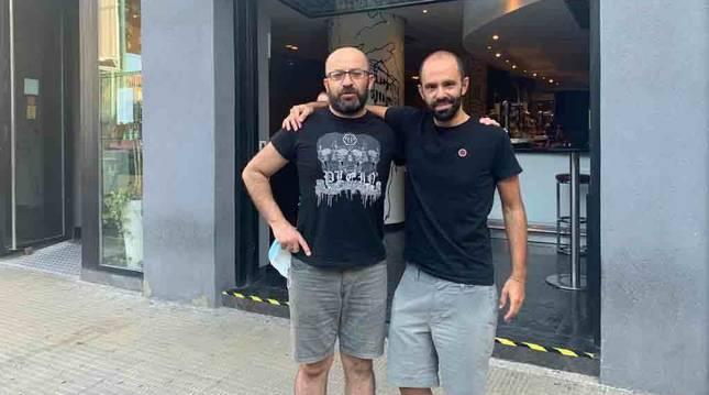 Teo y Manolo, los dos socios que desde 1991 están al mando del Bar Jumai.
