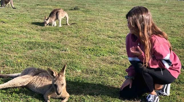 Naiara Gil Zamarbide posa junto a varios canguros en Yuraygir (Australia).
