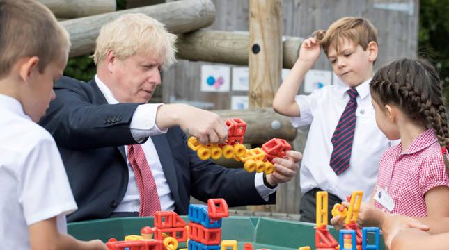 Boris Johnson juega con unos alumnos en The Discovery School en Kent, el pasado 20 de julio.