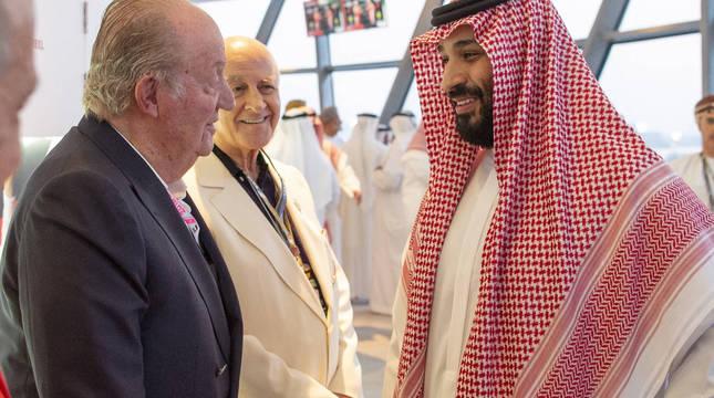 Don Juan Carlos con el príncipe Mohammad Bin Salman en el GP de Abu Dhabi de Fórmula 1 en 2018.
