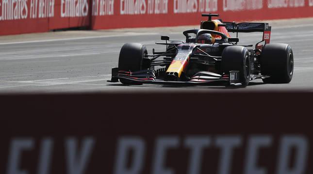 El piloto de Red Bull Max Verstappen sobre el circuito de Silverstone.