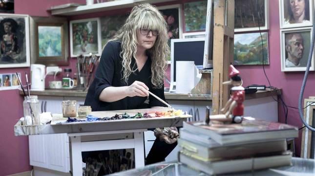 La artista Diana Iniesta, trabajando en su estudio de Erratzu, lugar en el que se puede visitar la exposición de este verano titulada Street Life 2020.