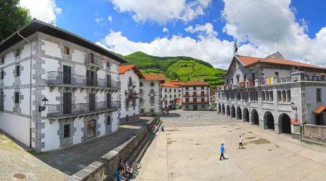 Panorámica de la plaza de Leitza sacada desde el muro del frontón, en la que se ve el ayuntamiento a la derecha.