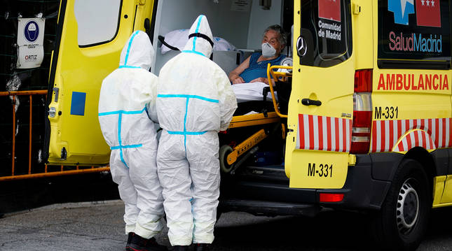 Sanitarios de una ambulancia llegan al 12 de Octubre con una paciente.