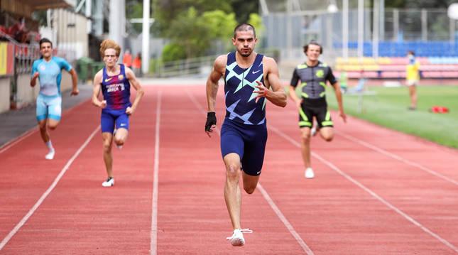 Bruno Hortelano se dispone a batir este el récord de España en los 150 metros.