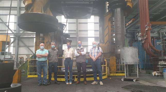De izda a dcha: Javier Alforja (dtor. financiero de Mekatar), Raul Moreno (director de planta), la Presidenta Chivite, Jorge Ruiz Martín (CEO Grupo Mekatar) y el vicepresidente José Mª Aierdi, en las instalaciones de Lekort.
