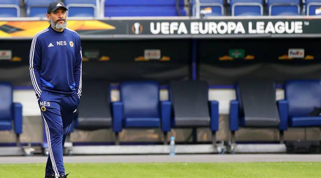 El exportero de Osasuna y técnico del Wolverhampton Wanderers, Nuno Santo, dirige el último entrenamiento antes del partido.
