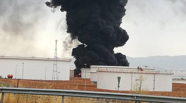 Repsol abre una investigación tras el incendio de dos tanques de combustible en el complejo de Puertollano.