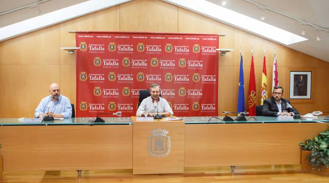 El delegado del Gobierno en Navarra, José Luis Arasti; el alcalde de Tafalla, Jesús Arrizubieta; y el vicepresidente del Gobierno de Navarra, Javier Remírez, en la rueda de prensa en el Ayuntamiento de Tafalla.