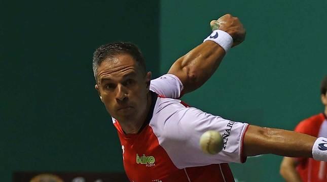 Aimar Olaizola golpea a una pelota durante un partido del Masters Caixabank, con José Javier Zabaleta al fondo.