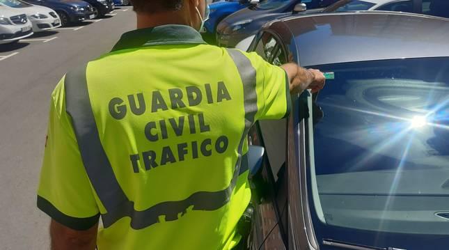 Campaña de la Guardia Civil para verificar que los turismos circulan con la ITV en vigor.